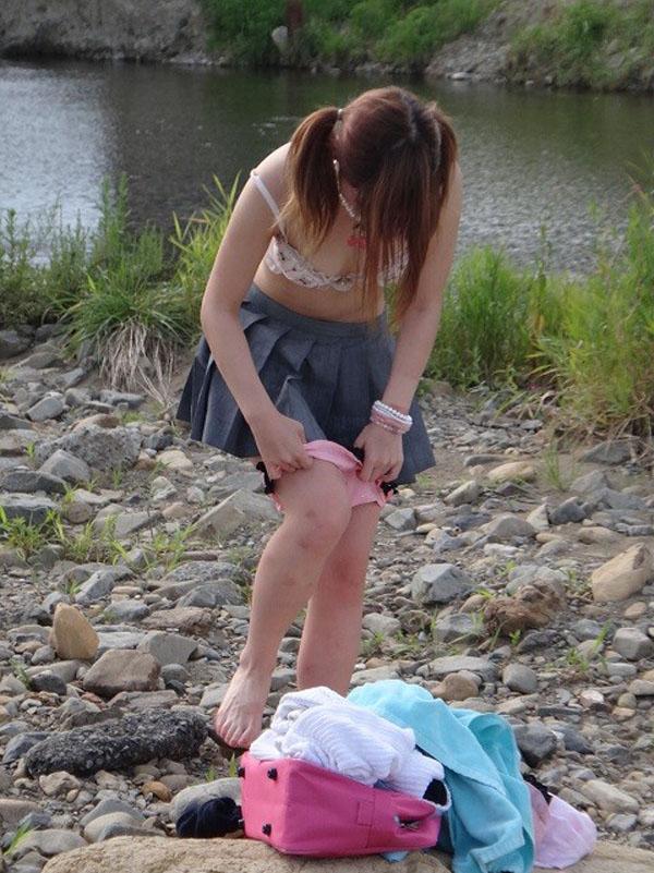 【野外着替え】素人の水着ギャルが野外で生着替えしてところを激写されてしまった、稀少価値激高いエロ画像