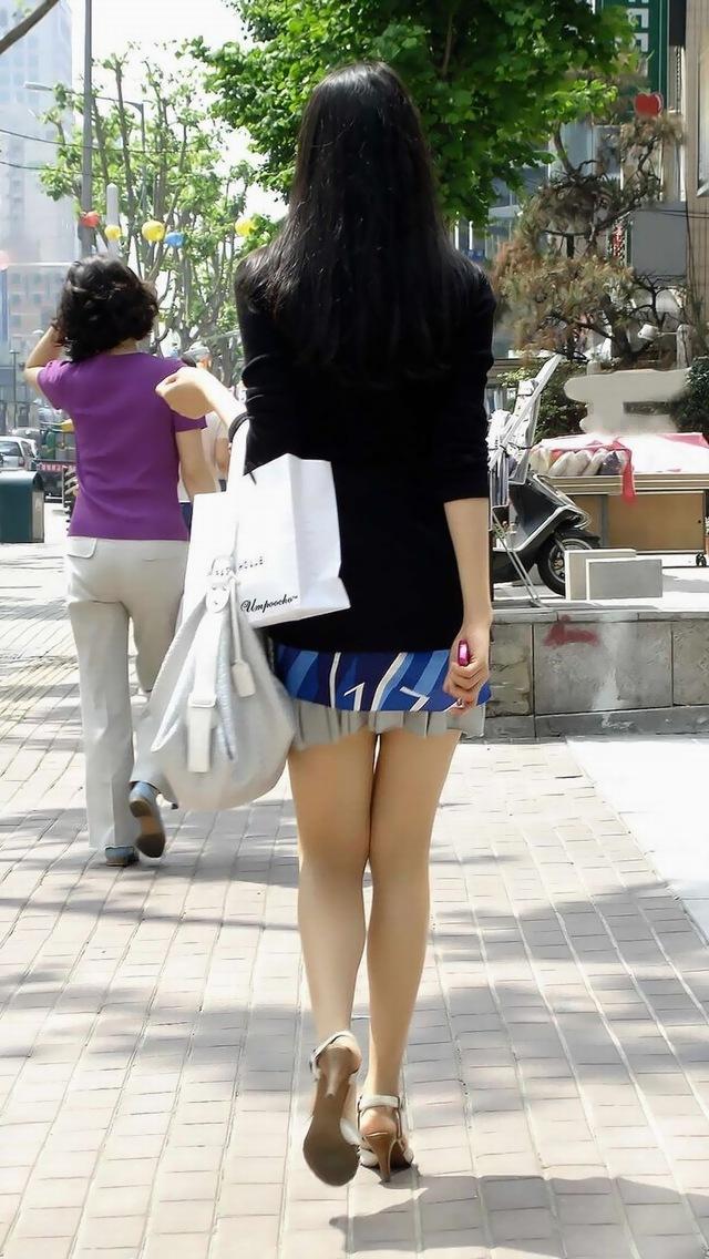 【素人街撮り盗撮】思わず盗撮してしまう街中で見かけた美脚太もものお姉さんのエロ画像