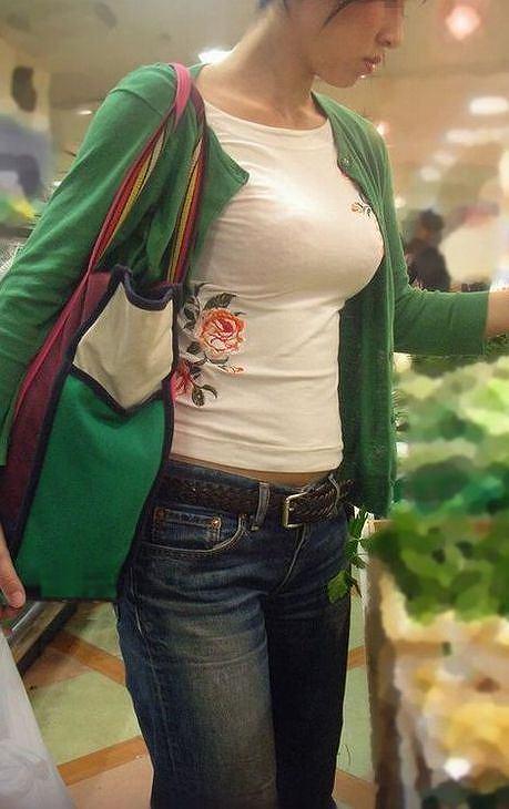 着衣爆乳・パイスラしてる素人さんが買い物してるだけで注目の的wwwwwwwwwww(画像あり)