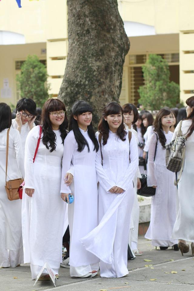 【速報】ベトナム現役10代小娘の顔面偏差値高めで驚愕wwwwwwwアオザイとかいう民族衣装もクッソエロいしヌケるぞwwwwwww