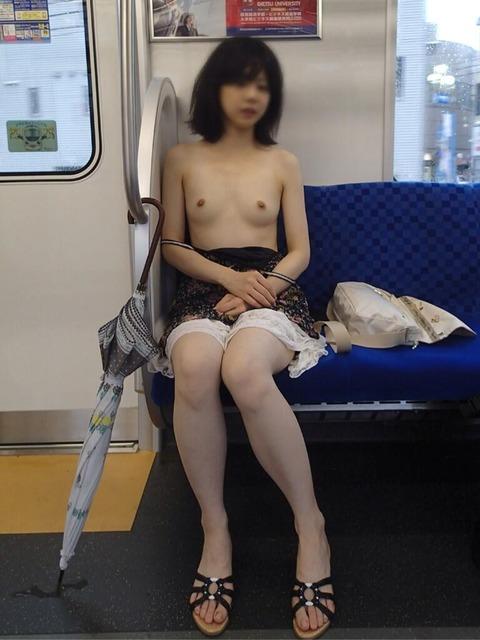 【驚愕】電車内でも露出してしまう露出上級者の素人さんが大胆過ぎてワロタwwwwwwww(画像あり)