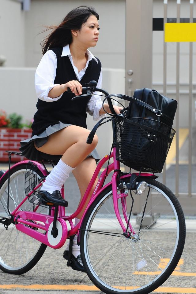 パンチラ太もも激シコwwwwww自転車のサドル盗難が増えるチャリンコ女子高生wwwwwwww