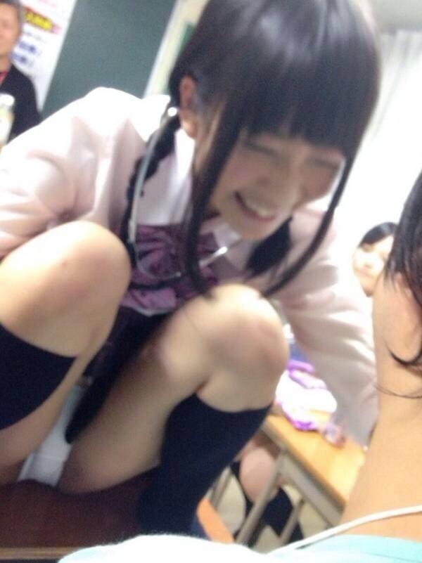鼻息が荒くなること間違いなしの現役10代小娘の生足太もも下半身エロ画像wwwwwwwww