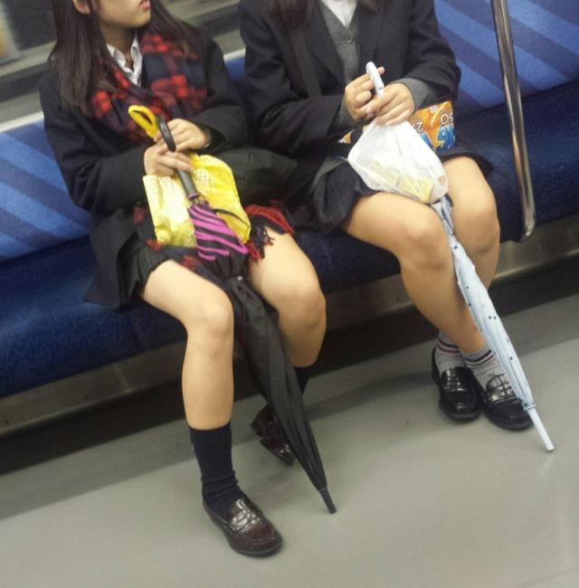 俺が通勤中に撮り溜めた通学中の現役10代小娘のエロ画像を上げてくわwwwwwwwwwww