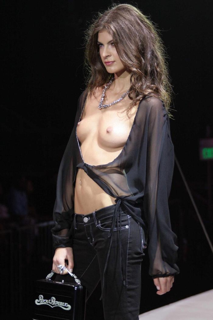 【エロ画像】海外のモデルさんはファッションショーで乳首が見えても恥ずかしくないの?